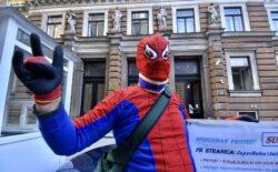 Ogorčeni otac maskiran kao Spiderman protestuje u Sarajevu jer mu je zabranjeno da viđa dijete