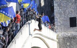 Skokom bez aplauza obilježena godišnjica rušenja Staroga mosta (VIDEO)