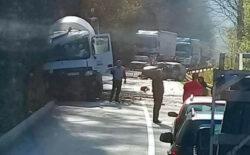 Teška nesreća kod Zvornika: U sudaru kamiona i automobila poginula jedna osoba